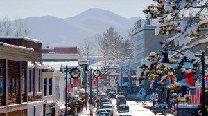 lake-placid-holiday-village-street_596x334-e1447502818269